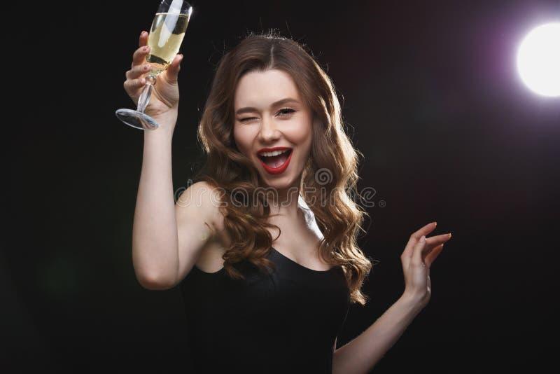 Gladlynt härlig ung kvinna som dricker champagne royaltyfria bilder