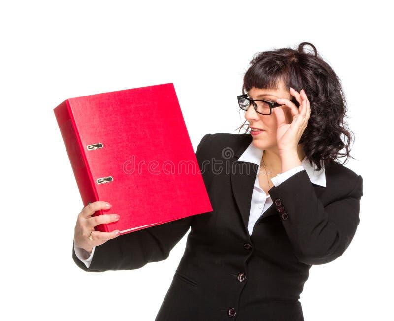 Gladlynt hög affärskvinna med mappen arkivbilder