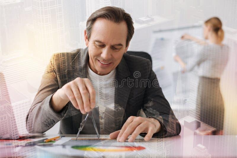 Gladlynt hög tekniker som gör ett utkast i kontoret royaltyfri fotografi