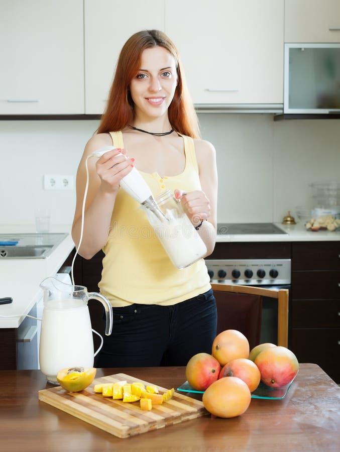 Gladlynt hemmafrumatlagning med mango arkivbild