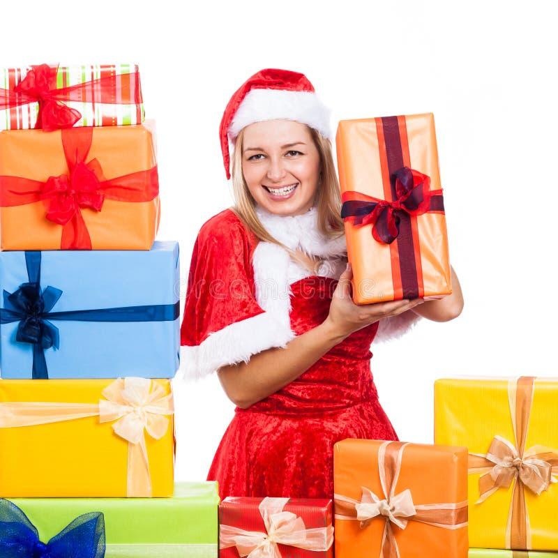Gladlynt julkvinna med gåvor arkivbild
