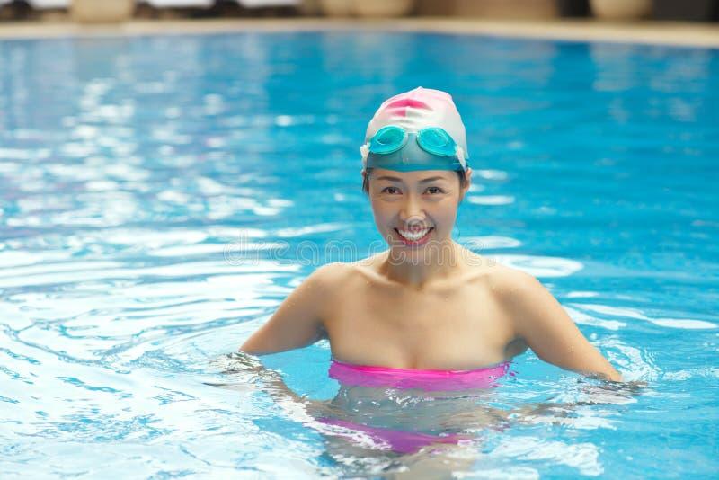 Gladlynt kinesisk simmare royaltyfri foto