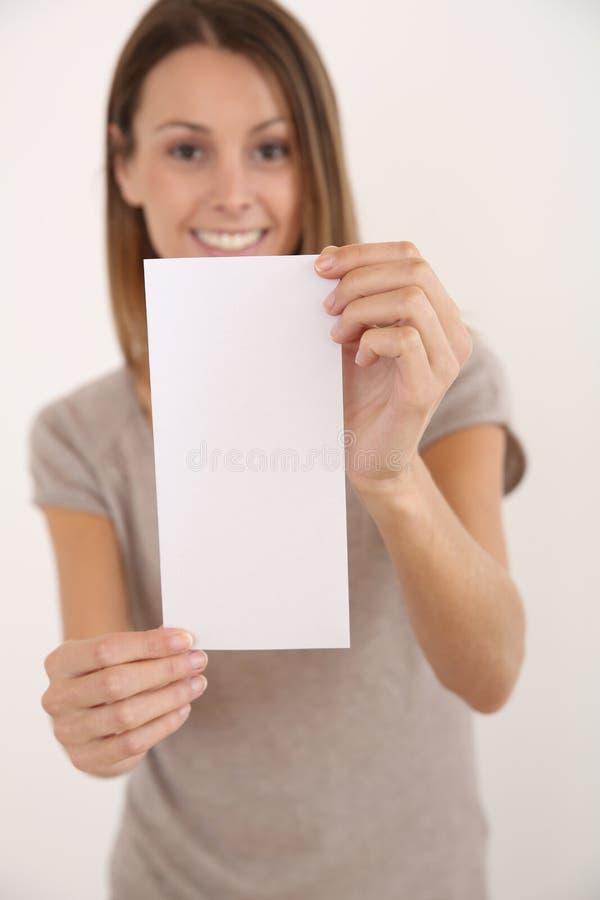 Gladlynt kvinna med den tomma broschyren royaltyfri fotografi