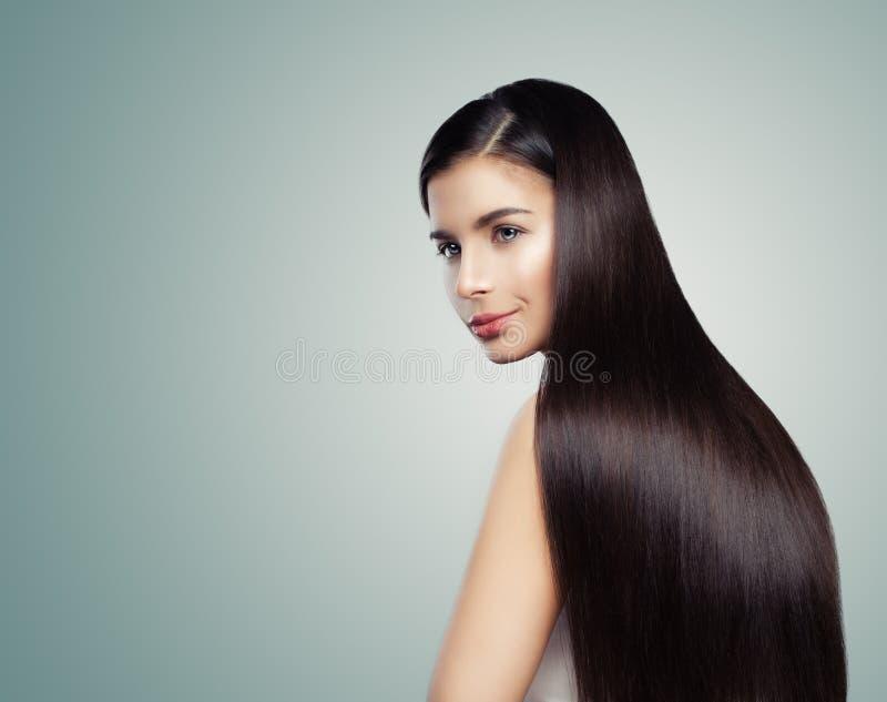 Gladlynt kvinna med skinande hår Ursnygg kvinna med den raka frisyren arkivfoton