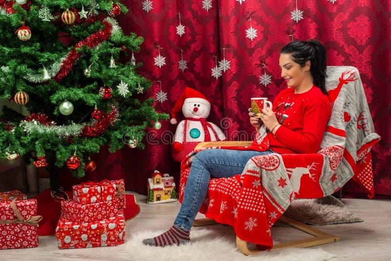 Gladlynt kvinna som dricker varm choklad fotografering för bildbyråer