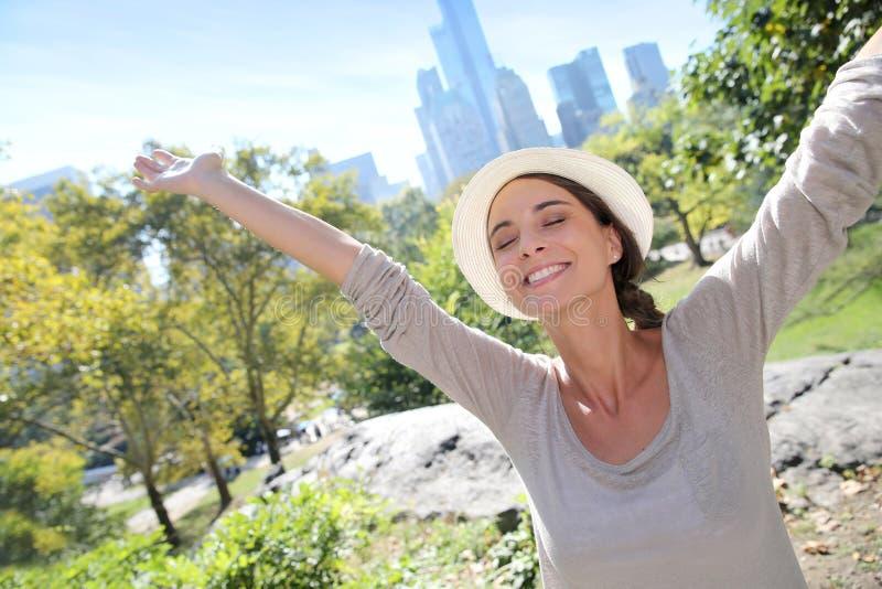 Gladlynt kvinna som fritt känner sig i New York royaltyfri bild