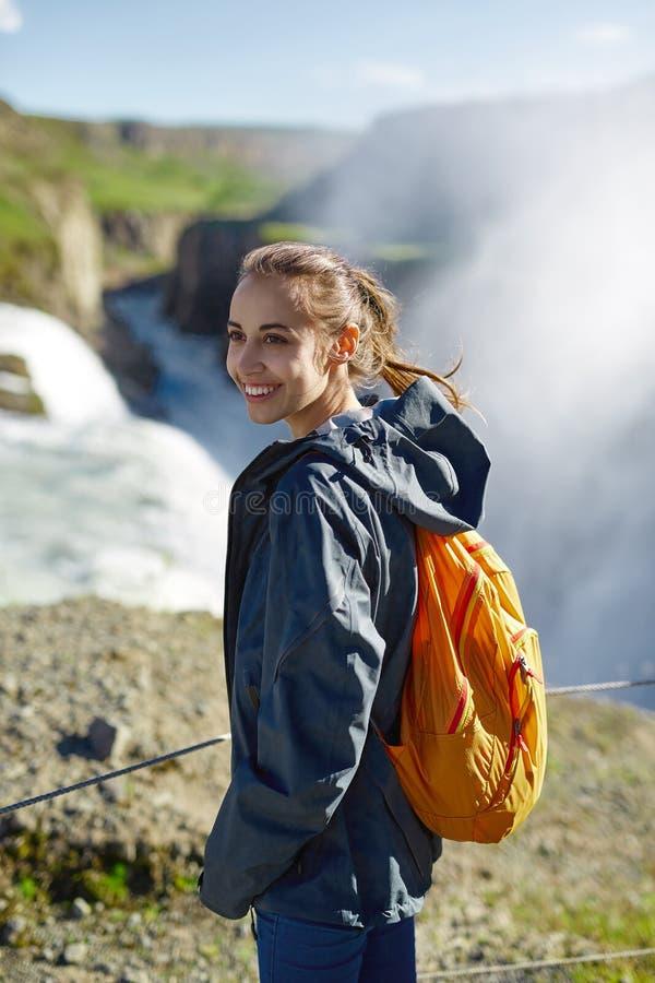 Gladlynt kvinna som går och poserar på naturen i Island fotografering för bildbyråer