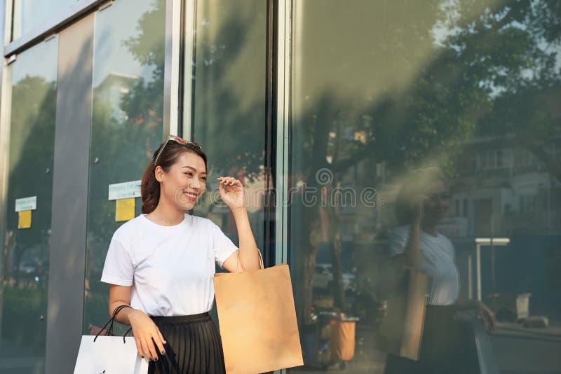 Gladlynt kvinna som gör shopping i en storstad fotografering för bildbyråer