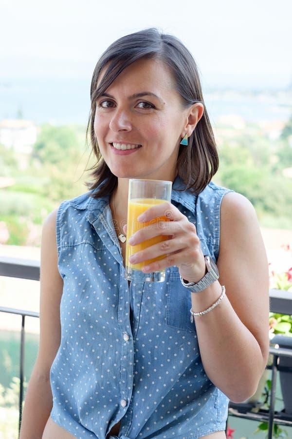 Gladlynt kvinna som har en kontinental frukost royaltyfria foton
