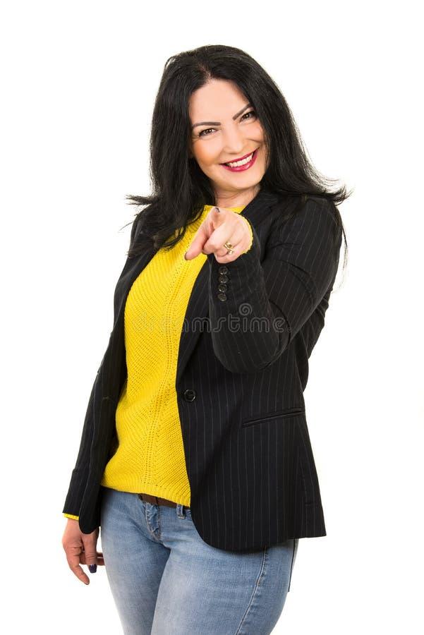 Gladlynt kvinna som pekar till dig royaltyfria bilder