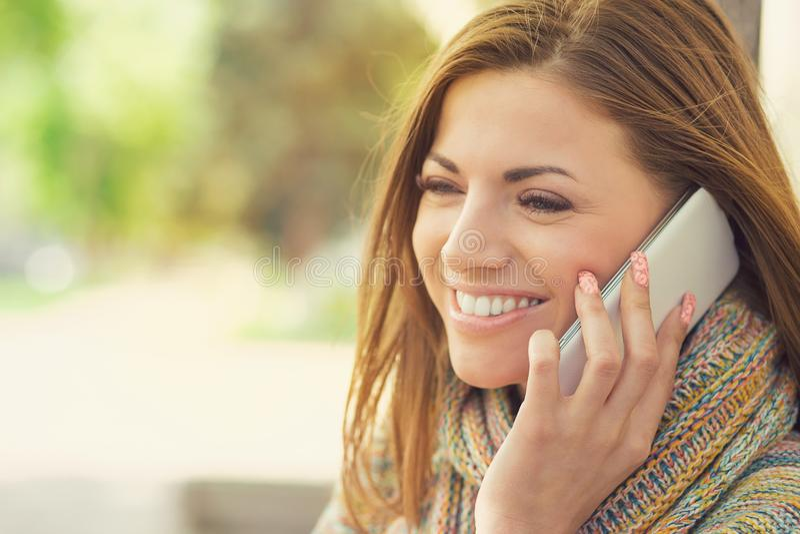 Gladlynt kvinna som talar på telefonen royaltyfri fotografi