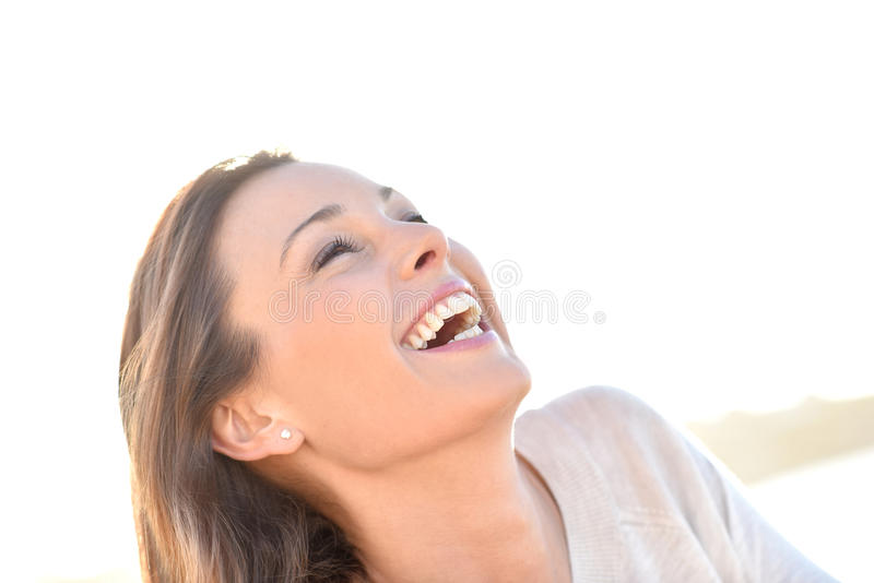 Gladlynt kvinna som utomhus skrattar arkivbild