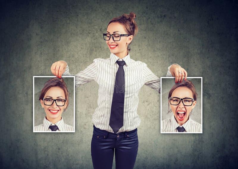 Gladlynt kvinna som visar olika foto med sinnesrörelser royaltyfri foto