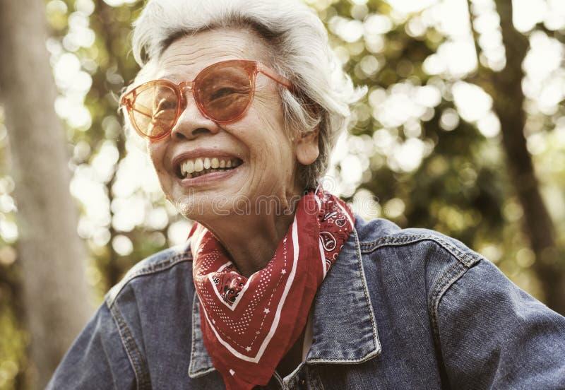 Gladlynt kvinnlig åldring i grov bomullstvillomslag royaltyfri fotografi