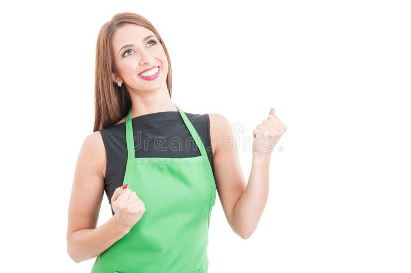 Gladlynt kvinnlig anställd som agerar som en vinnare arkivfoton