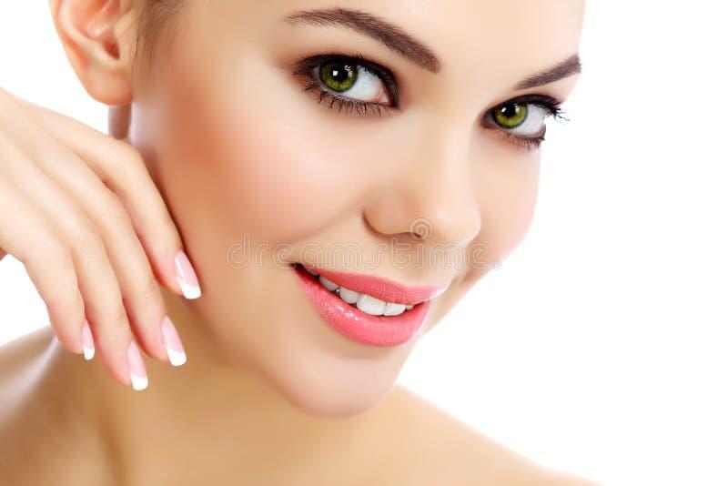 Gladlynt kvinnlig med ny klar hud arkivbild
