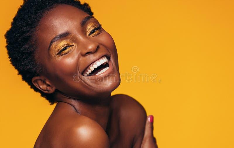 Gladlynt kvinnlig modell med livlig makeup arkivbild