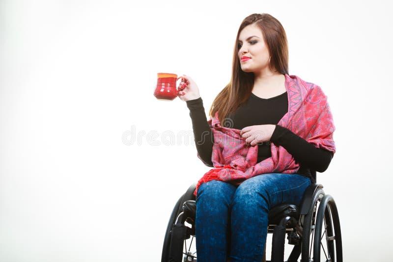Gladlynt lamslagen dam på rullstolen arkivbild