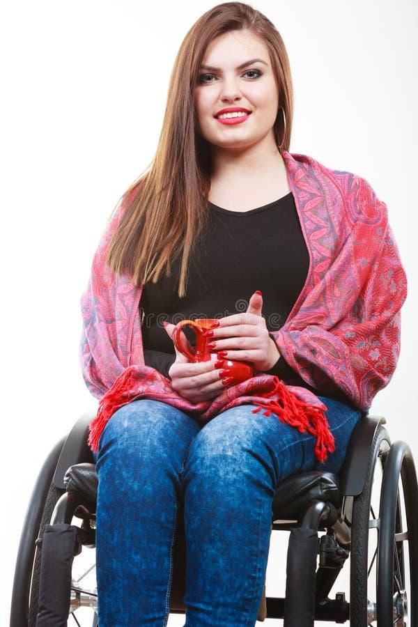 Gladlynt lamslagen dam på rullstolen royaltyfri foto