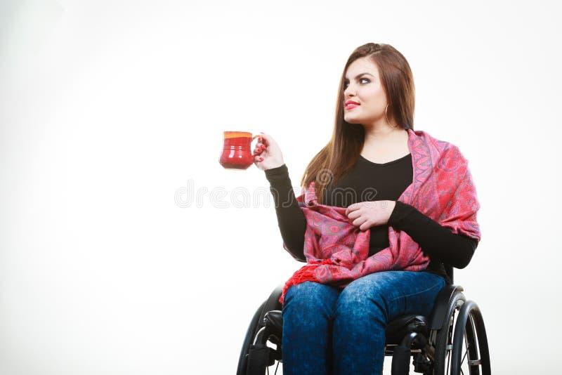 Gladlynt lamslagen dam på rullstolen royaltyfria bilder