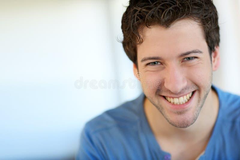 Gladlynt le för ung man royaltyfri bild