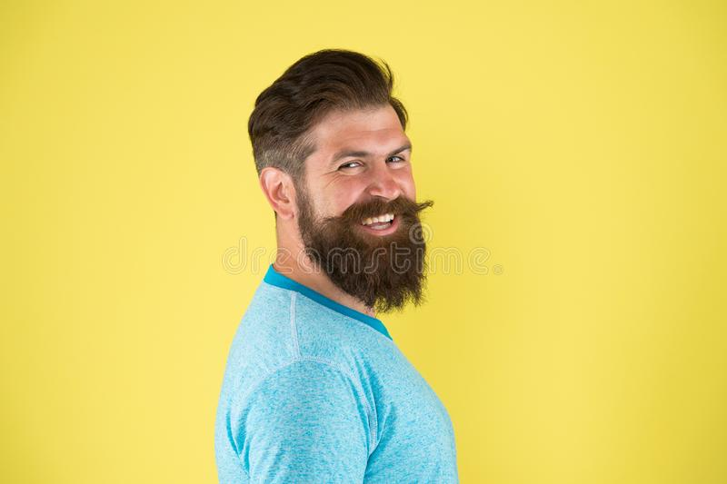 Gladlynt leende Väx mustaschen Skäggig hipster för man med mustaschen Skäggmustasch som ansar handboken Stilig Hipster arkivfoton