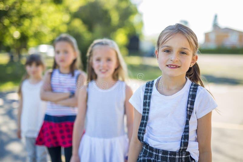 Gladlynt lek för skolaålderbarn på lekplatsskola fotografering för bildbyråer