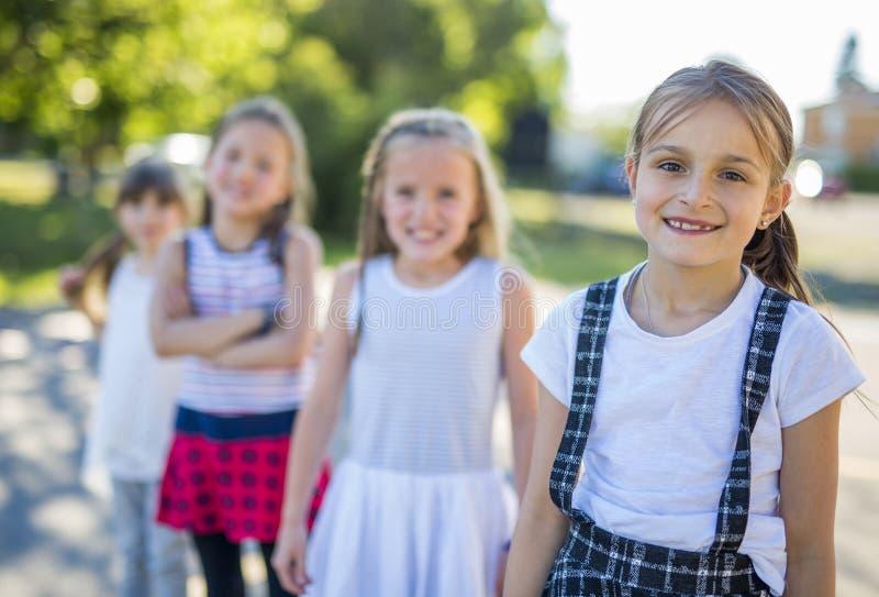 Gladlynt lek för skolaålderbarn på lekplatsskola arkivbild