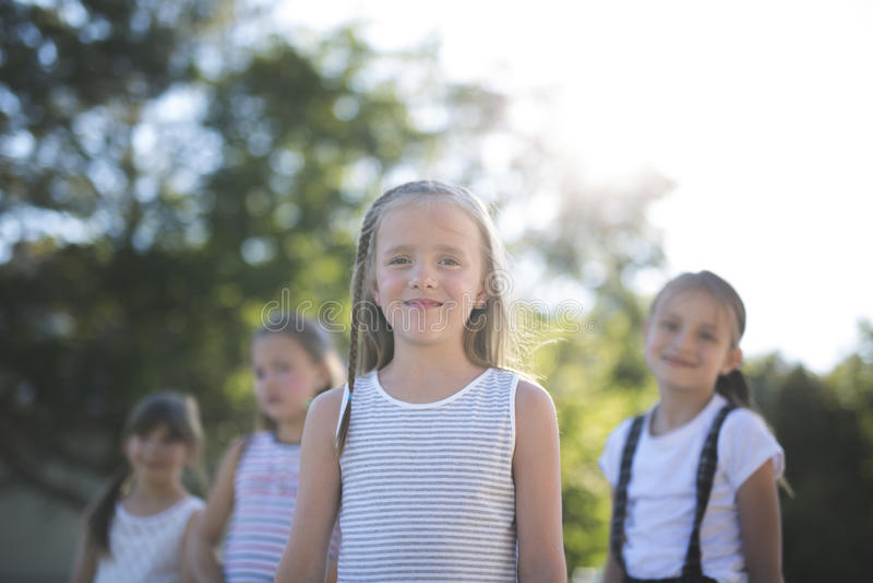 Gladlynt lek för skolaålderbarn på lekplatsskola arkivfoton