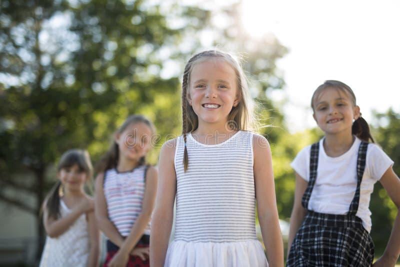 Gladlynt lek för skolaålderbarn på lekplatsskola arkivbilder