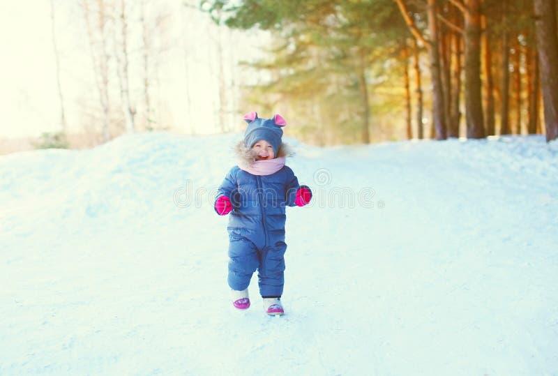 Gladlynt litet barn som spelar på insnöad vinter royaltyfria bilder