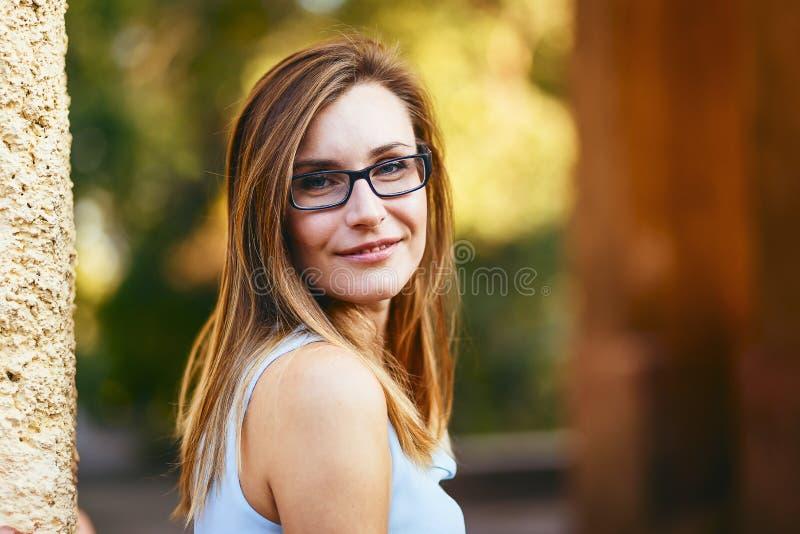Gladlynt lycklig attraktiv ung kvinna trettio gamla år med exponeringsglas på gatan i sommar arkivfoton
