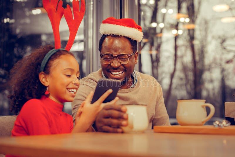 Gladlynt lycklig faderkänsla som förbluffar fira jul arkivfoto