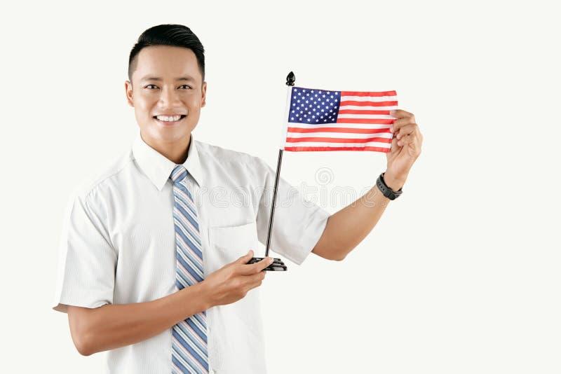 Gladlynt man med USA-flaggan royaltyfri bild