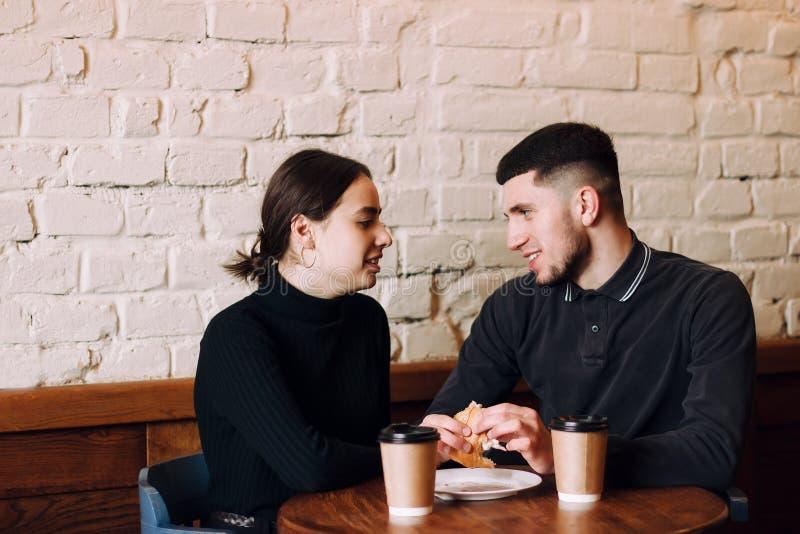 Gladlynt man och kvinnliga vänner som tillsammans tycker om fri tid arkivfoto