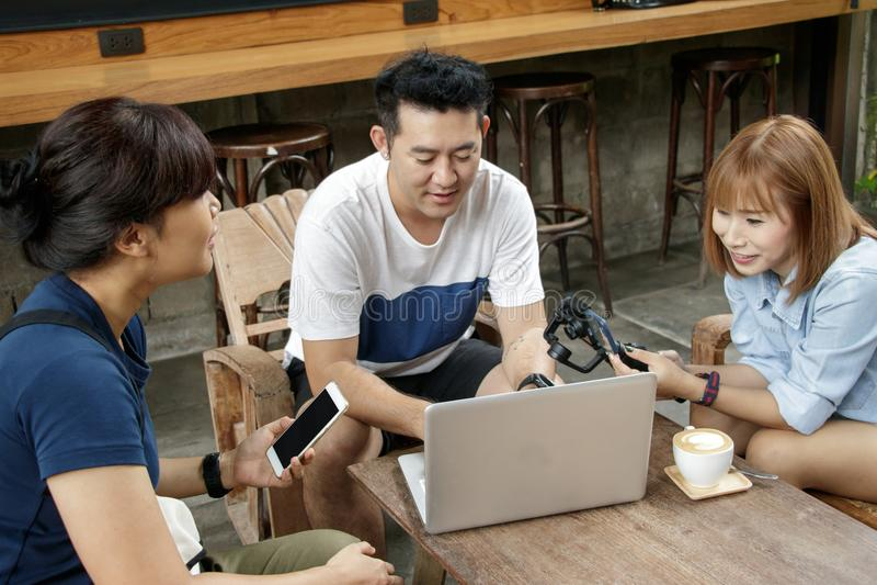 Gladlynt man och kvinnligblogger som diskuterar idéer för ny projec arkivbild