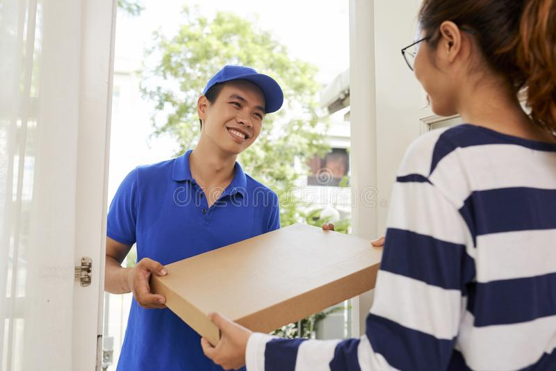 Gladlynt man som levererar pizza royaltyfria bilder