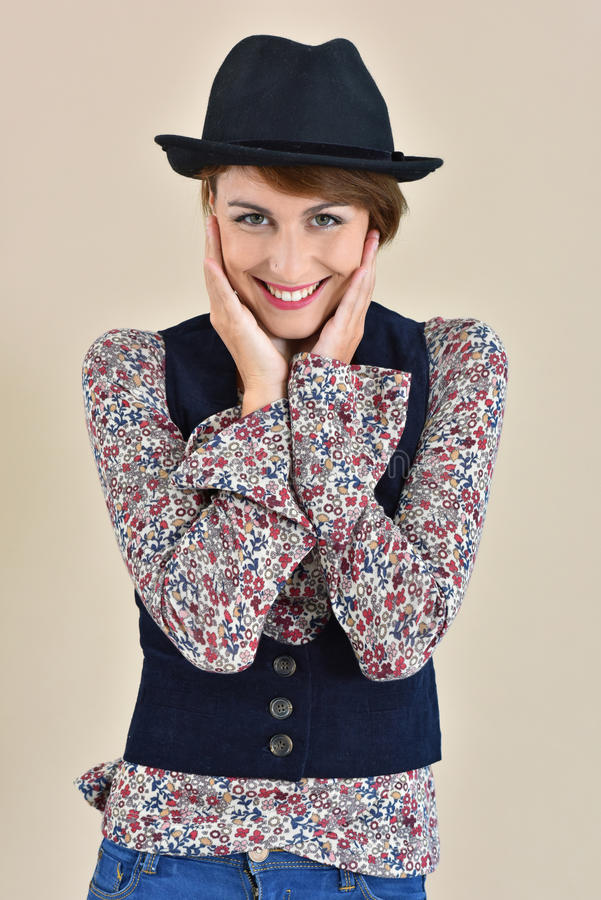 Gladlynt modell för ung kvinna med moderiktig kläder royaltyfri fotografi