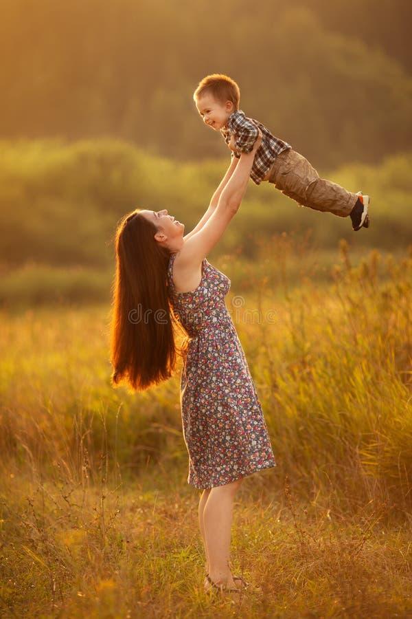 Gladlynt moder med litet barnpojken arkivbild