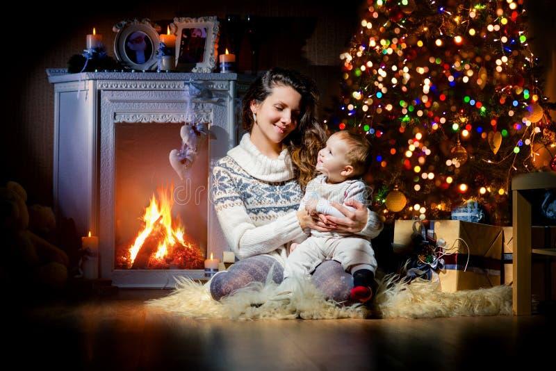 Gladlynt moder och son på julinre, nytt år royaltyfri foto