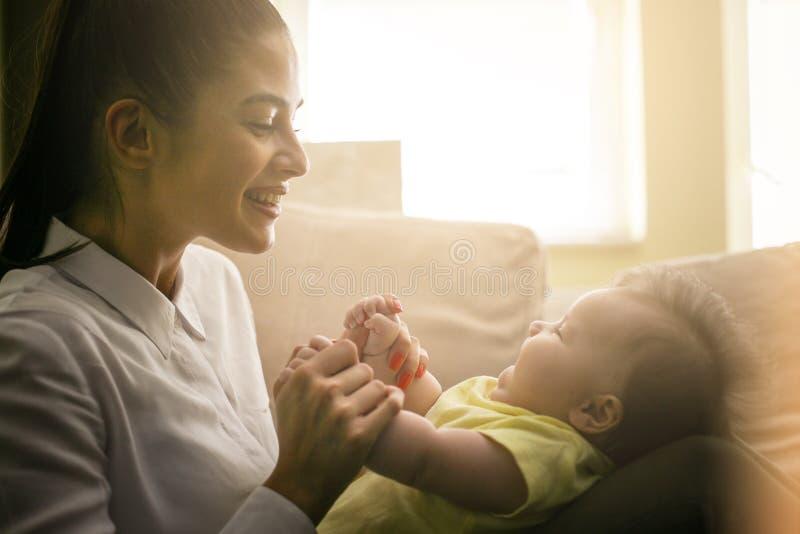 Gladlynt moder som spelar med hennes liten flicka arkivfoto