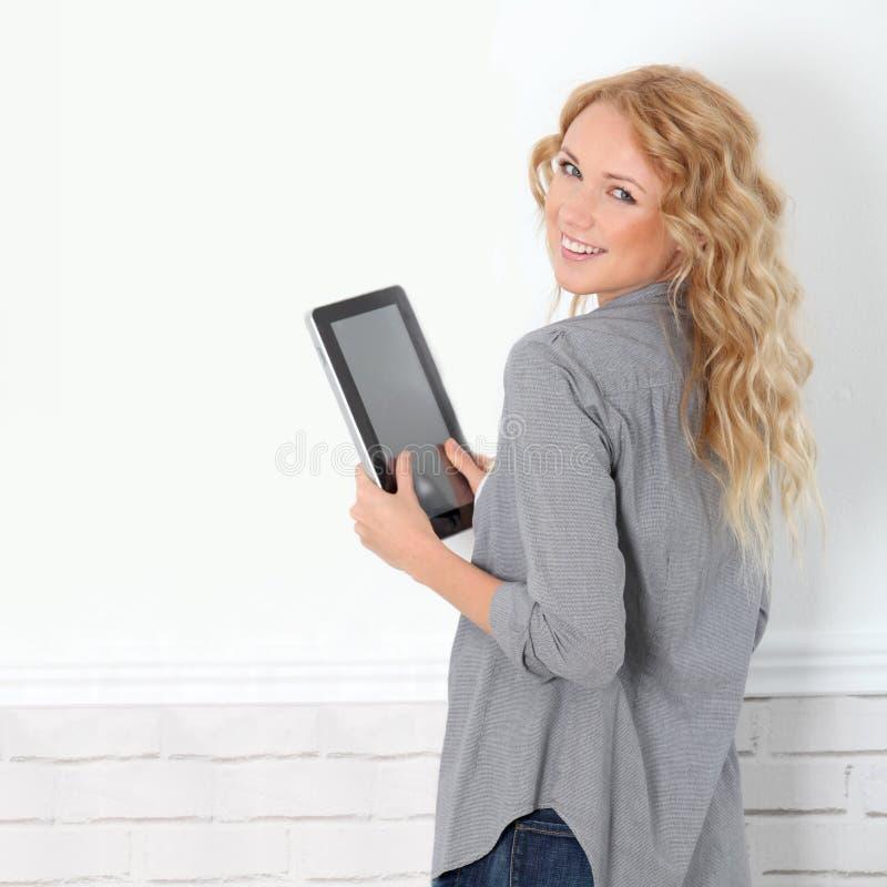 Gladlynt modern flicka med tableten royaltyfri bild