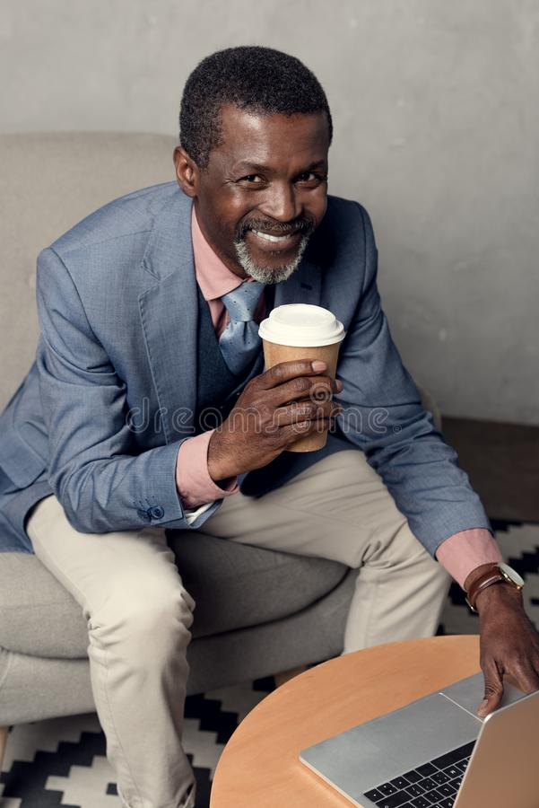 gladlynt mogen afrikansk amerikanman royaltyfria foton
