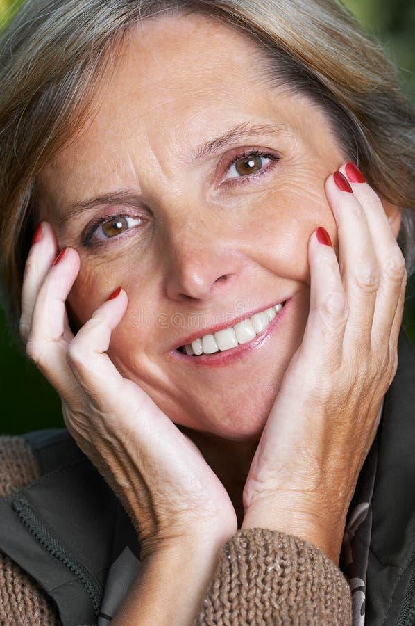 gladlynt mogen kvinna fotografering för bildbyråer