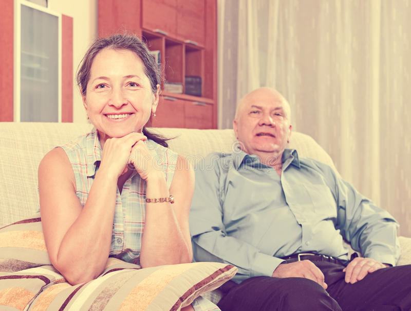 Gladlynt mogen kvinna mot äldre man fotografering för bildbyråer