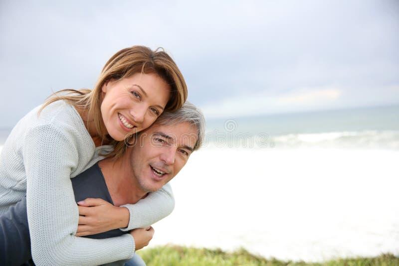Gladlynt mogna par som har roligt utomhus royaltyfri fotografi