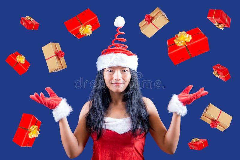 gladlynt mrs santa Claus jonglerar med julgåvor arkivfoton