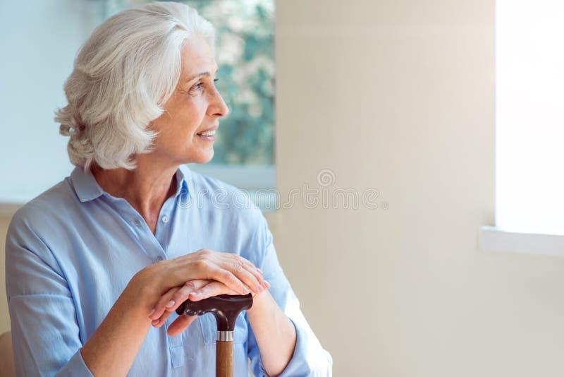 Gladlynt och glad gammal kvinna arkivfoto