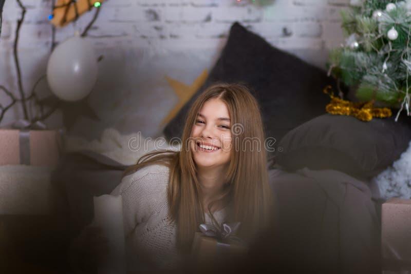 Gladlynt och lyckligt le för liten flicka royaltyfri foto