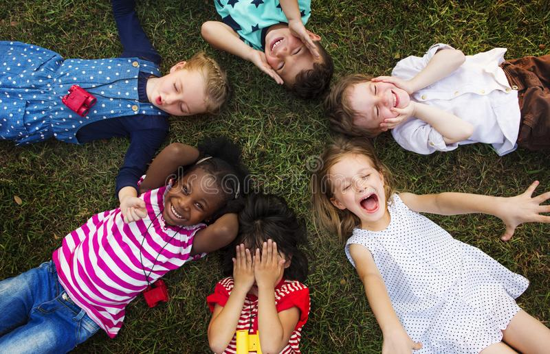 Gladlynt olik grupp av små barn royaltyfria bilder